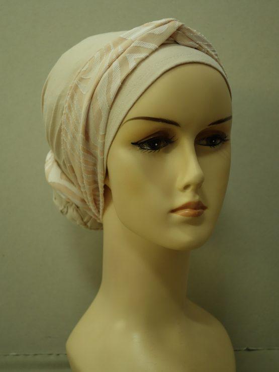 Bawełniany turban w kolorze morelowym z dekoracją we wzory.