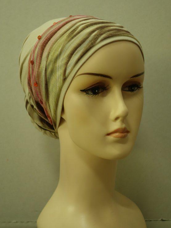 Beżowy turban z kolorową dekoracją