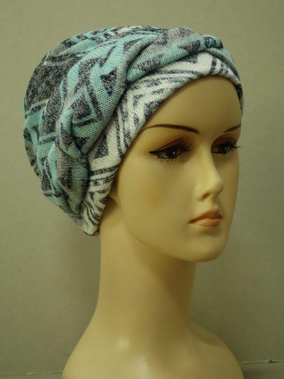 Kolorowa modna czapka z plecioną dekoracją