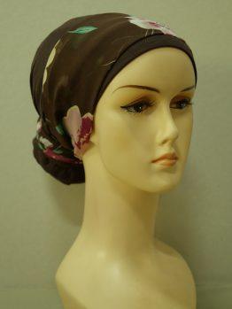 Brązowy turban z dekoracją w kwiaty