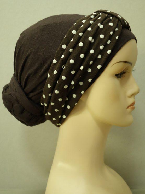 Brązowy turban z opaską w groszki