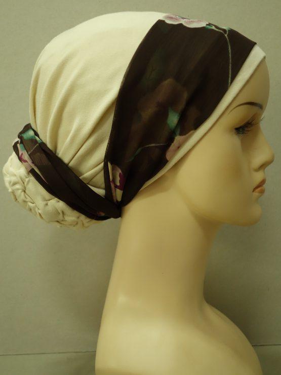 Beżowy turban z dekoracją w kwiaty