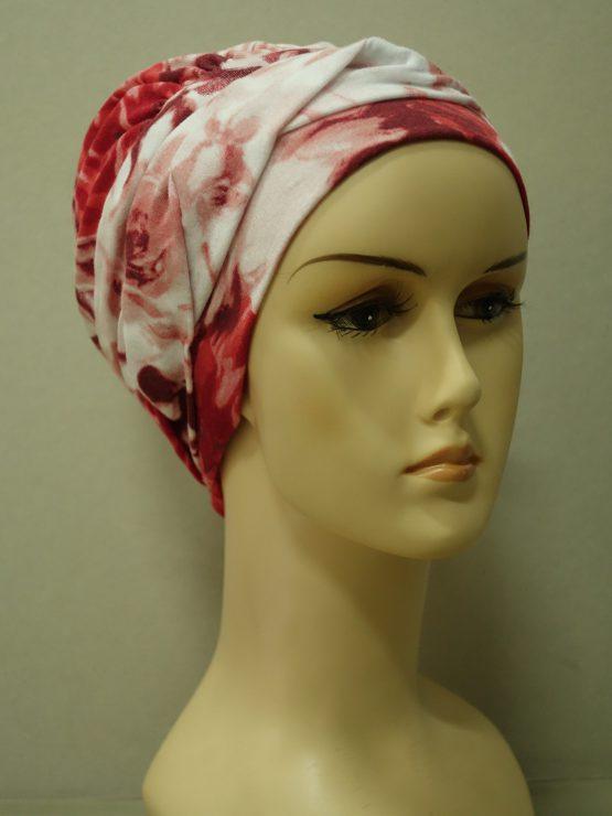 Czerwona modna czapka w róże z plecioną dekoracją