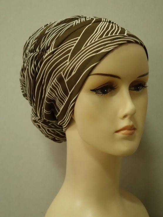 Brązowy turban drapowany we wzory