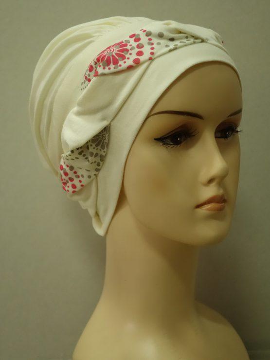 Ecru modna czapka z plecioną dekoracją we wzory