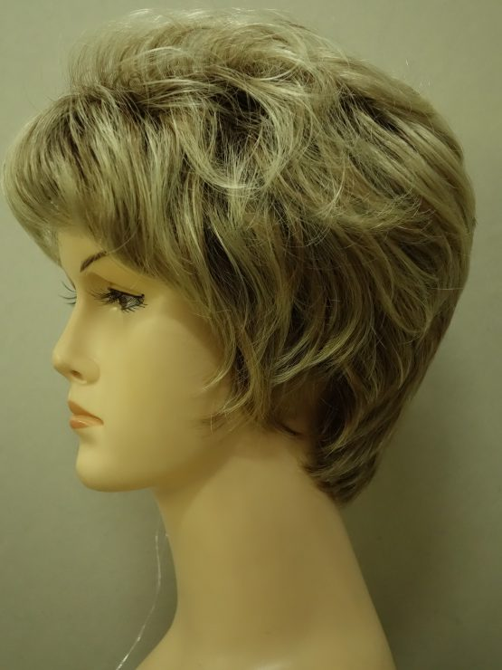 Krótka peruka blond na ciemniejszej podstawie lekko kręcona