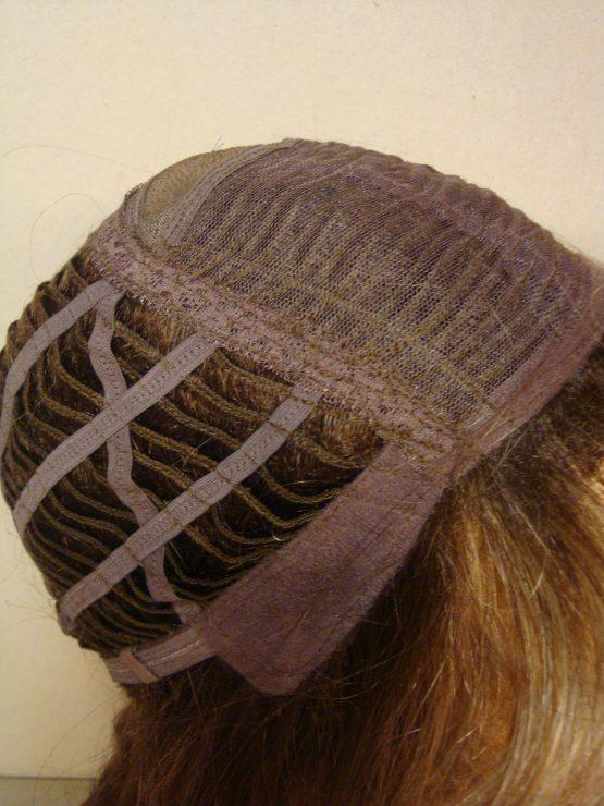 Półdługa peruka w kolorze orzechowym kręcona