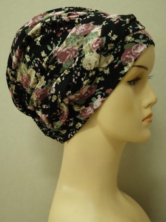 Czarna modna czapka w z plecioną dekoracją w kwiaty