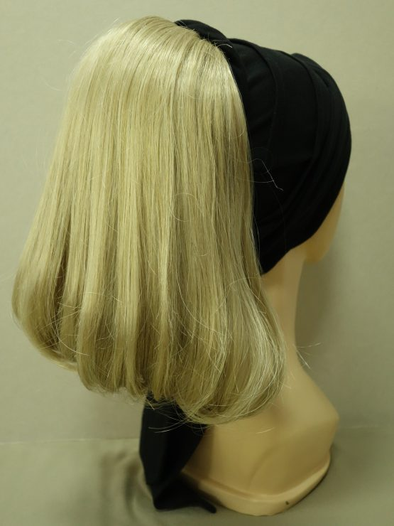 Włosy na opasce z daszkiem - proste blond