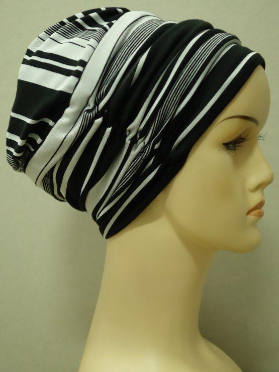 Czarna drapowana czapka w paski