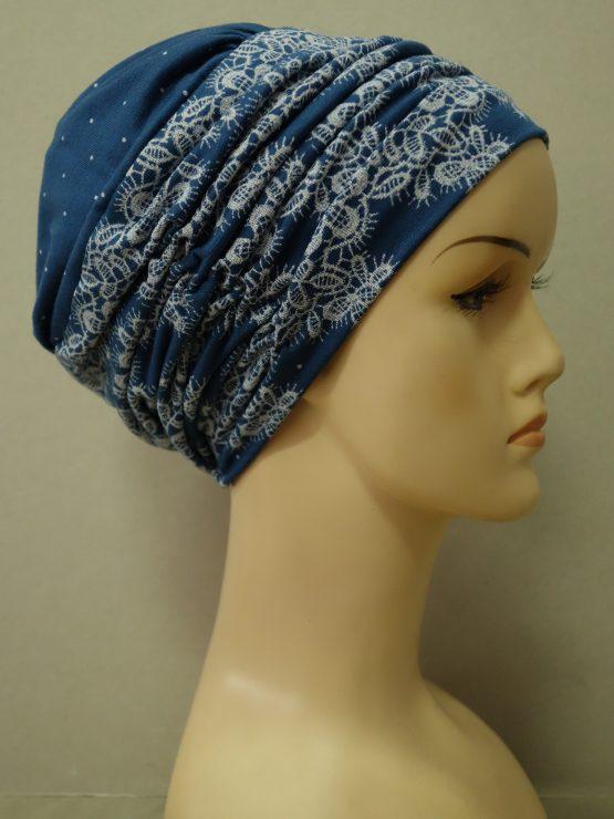Niebieska drapowana czapka we wzory