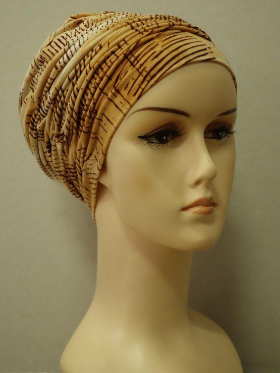 Beżowa drapowana czapka we wzory