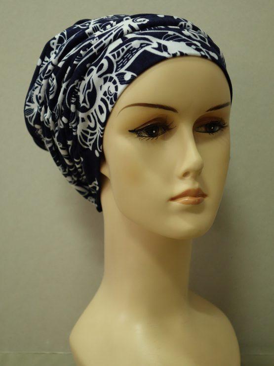 Granatowa drapowana czapka we wzory