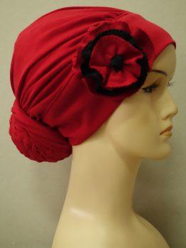 Czerwony turban drapowany z kolorowym kwiatem