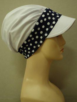 Biała modna czapka z daszkiem z rantem w groszki