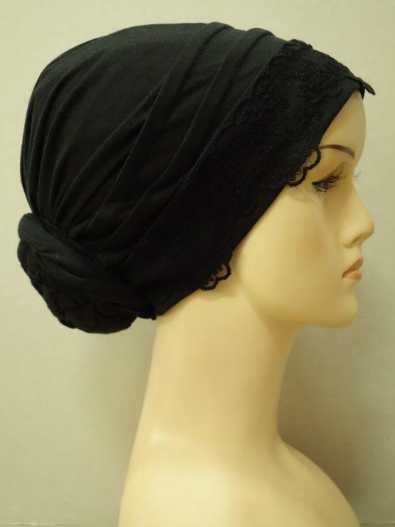 Czarny turban z koronkowym wykończeniem