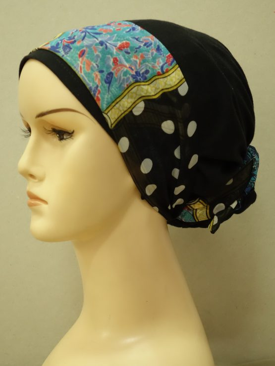 Bawełniany, czarny turban z kokiem z kolorową dekoracją.