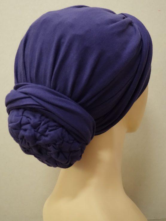 Fioletowy drapowany turban z dekoracją