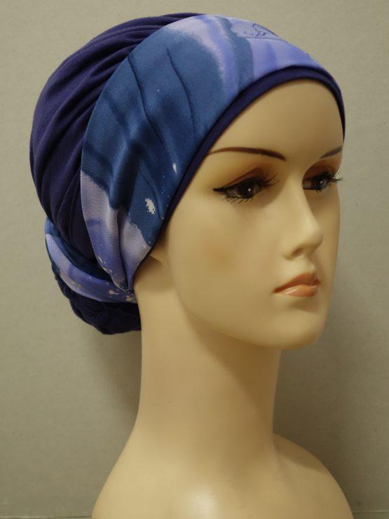 Fioletowy drapowany turban z kolorową dekoracją