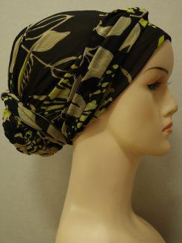 Czarny turban w kolorowe wzory z dekoracją