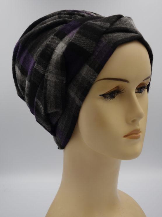 Czarna modna czapka w fioletową kratę
