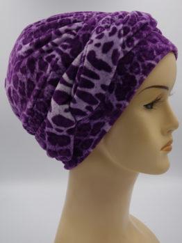 Fioletowa modna czapka w panterkę