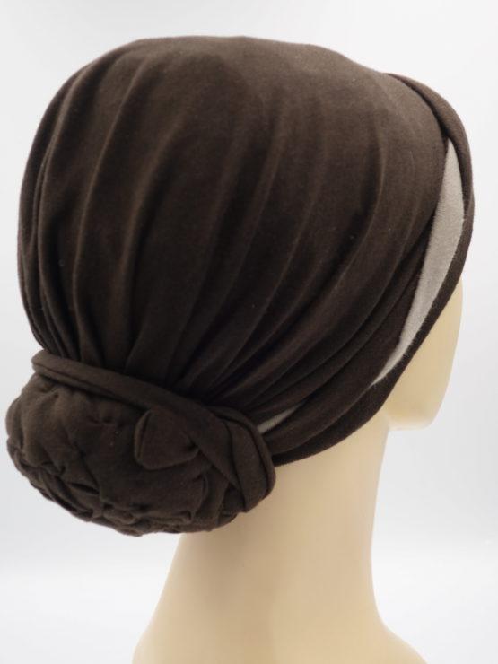 Brązowy turban z plecioną dekoracją