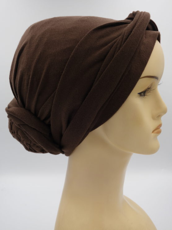 Brązowy turban z dekoracją