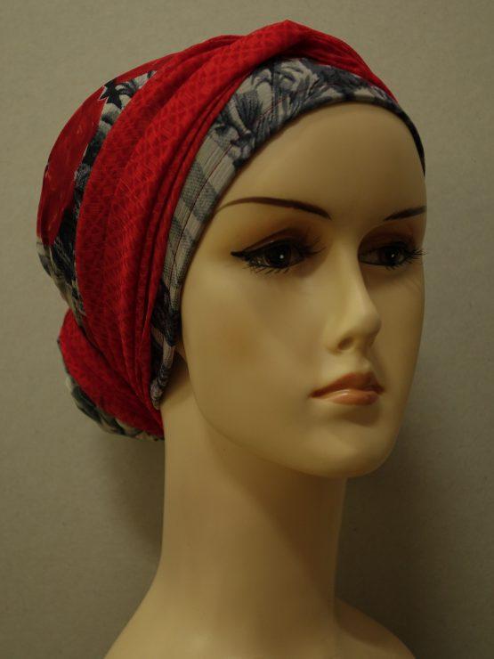 Popielaty turban w czerwone kwiaty