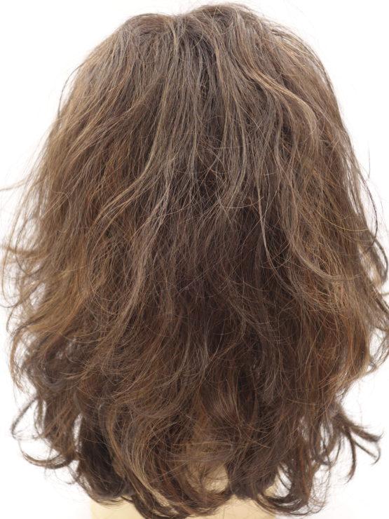 Półdługa peruka brąz z refleksami kręcona