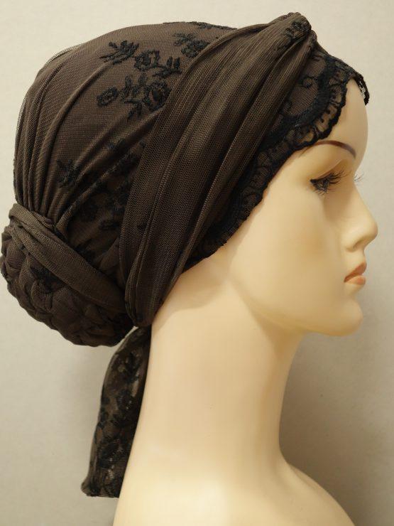 Brązowy turban z koronkowym wykończeniem