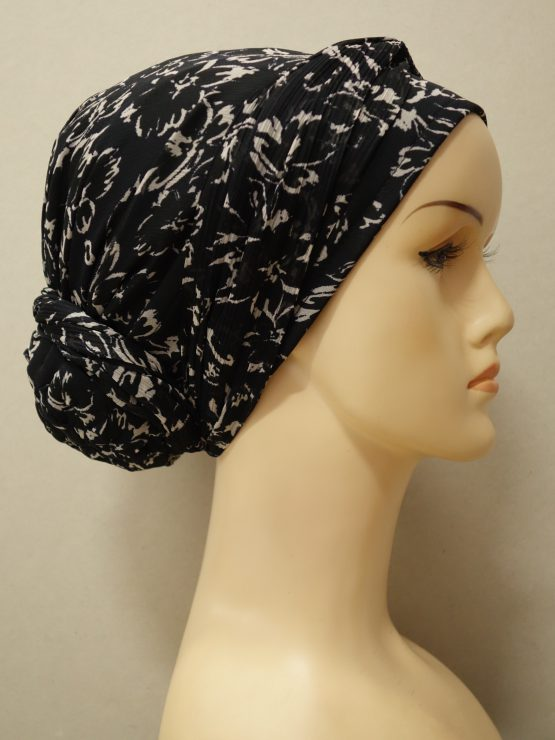 Czarny turban w kwiaty ecru z dekoracją