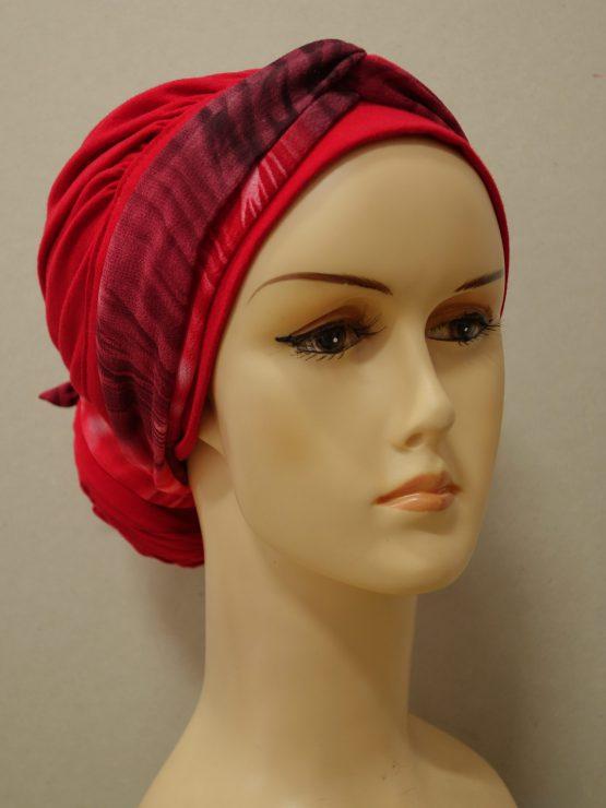 Czerwony turban drapowany z dekoracją