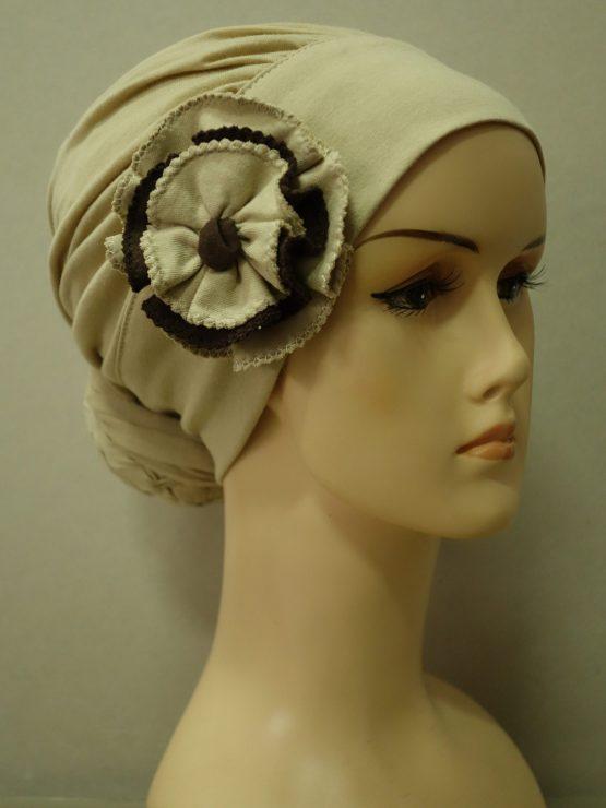 Beżowy turban drapowany z kolorowym kwiatem