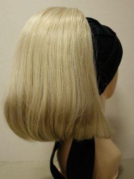 Włosy półdługie blond na opasce w kolorze czarnym