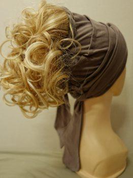 Włosy kręcone blond z refleksami na opasce w kolorze ziemi