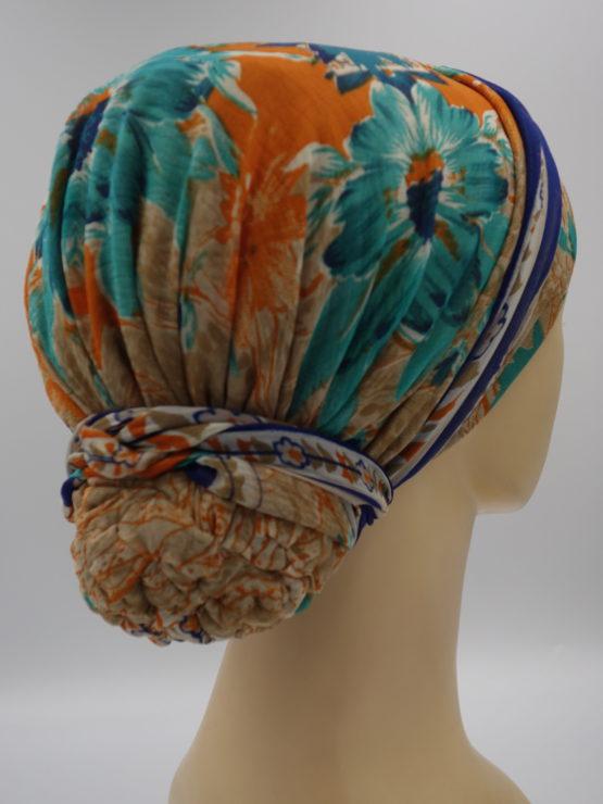 Kolorowy turban z dekoracją