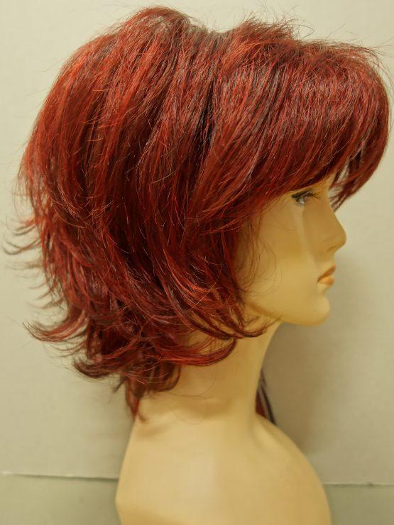 Krótka peruka ruda z pasemkami wycieniowana.