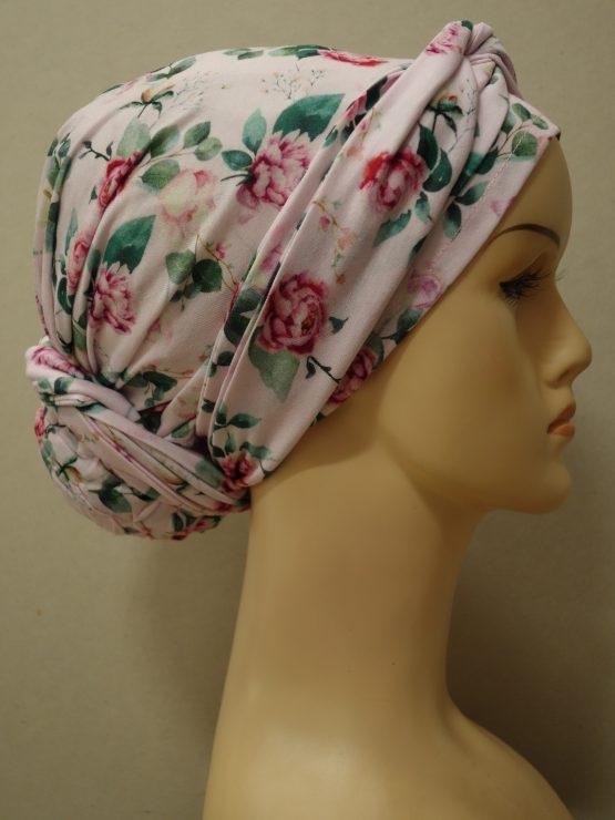 Różowy turban w czerwone kwiaty