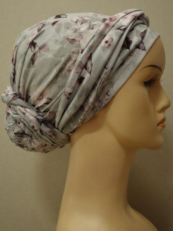 Popielaty turban w bladoróżowe róże