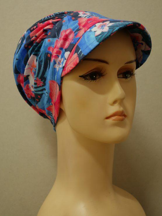 Niebieska modna czapka z daszkiem w kwiaty