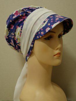 Granatowa modna czapka z daszkiem w róże ecru