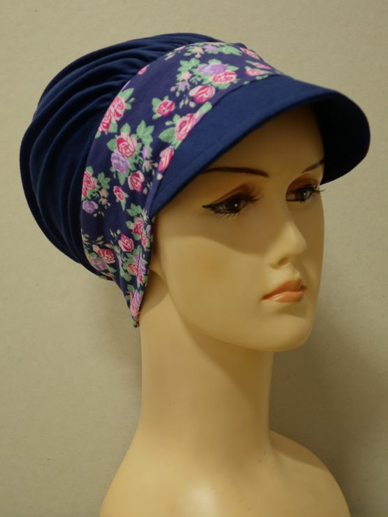 Granatowa modna czapka z daszkiem z rantem w różyczki
