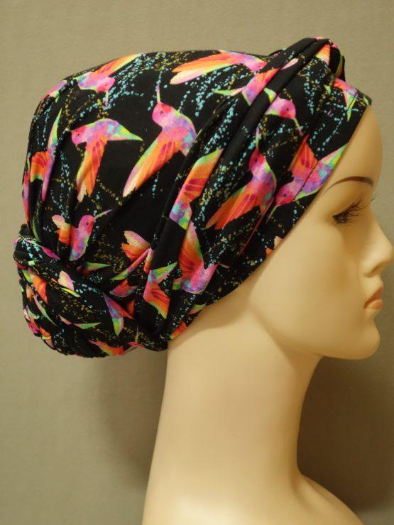 Czarny turban w kolorowe koliberki z dekoracją