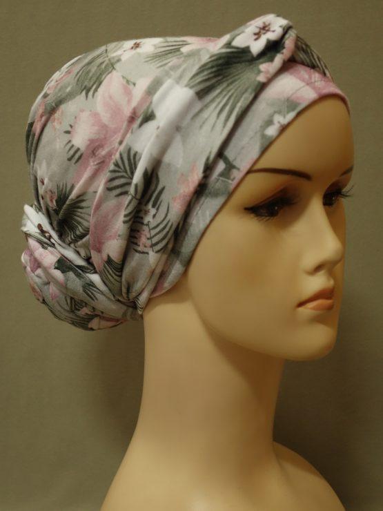 Popielaty turban w biało-różowe kwiaty z dekoracją.