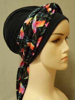 Czarna chusta z dekoracją w kolorowe koliberki - modny wzór