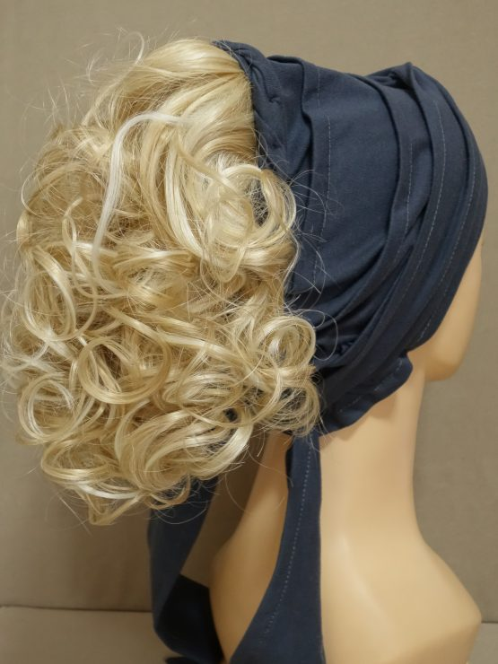 Włosy kręcone blond z refleksami na opasce w kolorze grafitowym