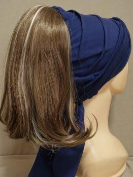 Włosy półdługie brąz z refleksami na opasce w kolorze granatowym