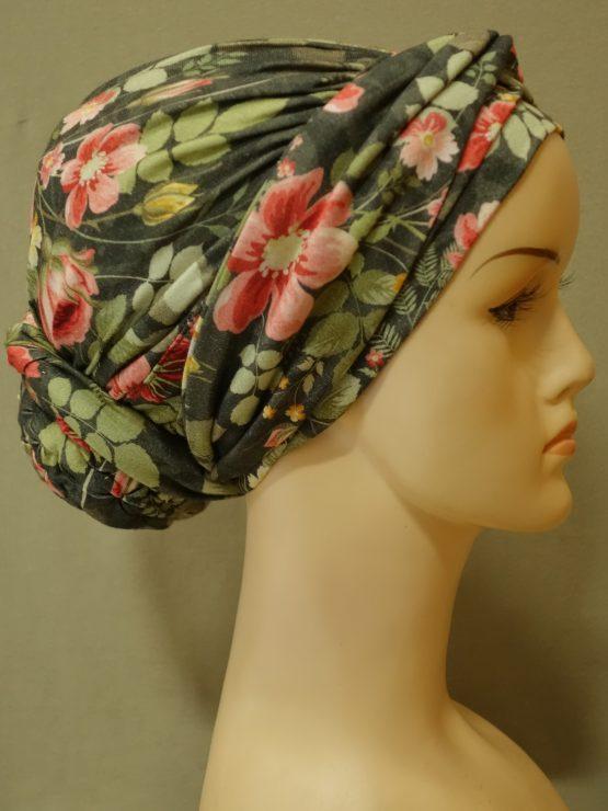 Zielony turban w kwiaty drapowany z dekoracją