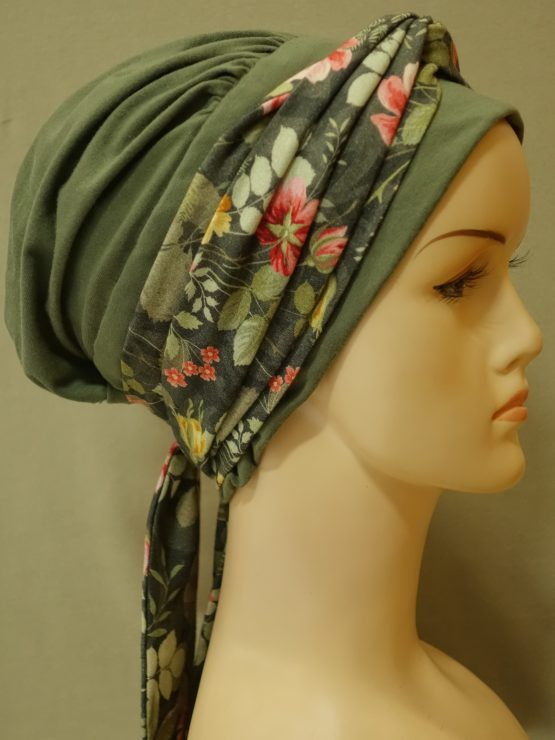 Zielona chusta - modny wzór z dekoracją w kwiaty